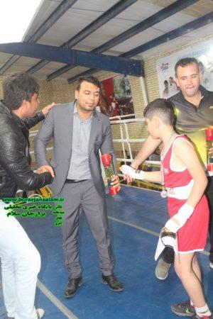 امین پاسیار ۱۰ ساله قهرمان باشگاه بوکس فردین برازجان به اساتید بوکس خود با تقدیم گل به انها ادعای احترام کرد . + تصاویر