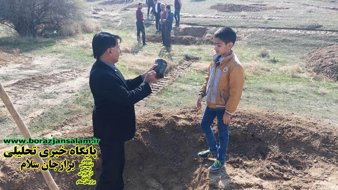 درود بر فرهنگسازان سبز اندیش /مردم شریف بخش بوشکان دریک هوای بسیار مناسب به کاشت سیصد درخت بومی منطقه هماهنگ با سراسر کشور، اقدام نمودند .