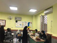 کمیته امداد امام خمینی (ره) برازجان روزانه ۲۷۰۰ ماسک تهیه و در اختیار مردم قرار می گیرد .