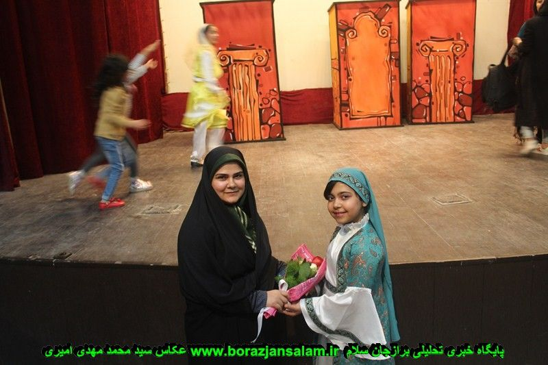 شب دوم عکس یادگاراری بازیگران نمایشنامه تنبل پهلوان در برازجان