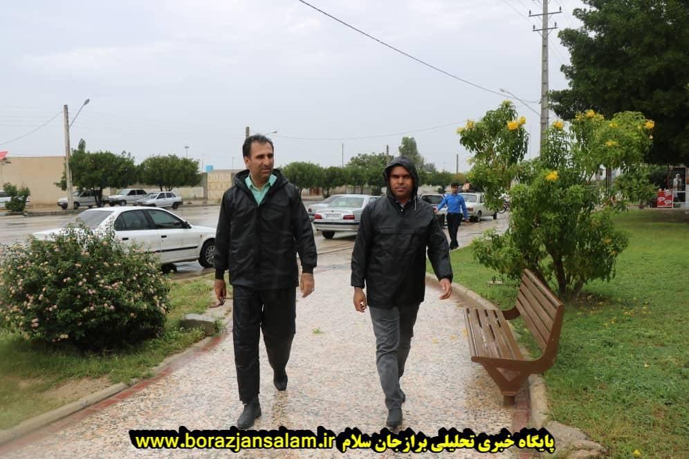 مهندس محمد حسن محمدی شهردار برازجان در باران در حال خدمت رسانی به مردم نوروزی
