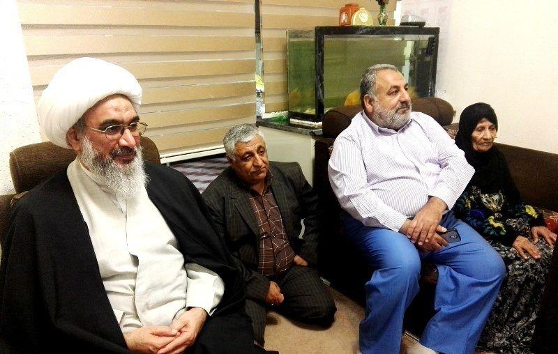 دیدار نماینده ولیفقیه در استان با خانواده شهید «عباس سلیمی فرد»