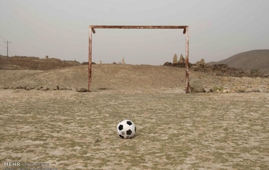 سالها است که ما جمعه ها در زمینی در جاده کارخانه آسفالت شهرداری برازجان مشغول بازی فوتبال هستیم .